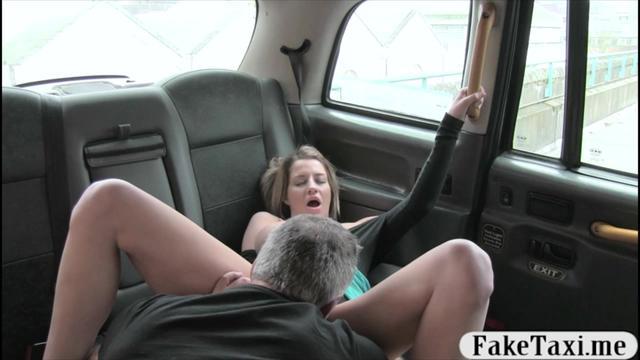 отлизал у бабы в машине русское видео