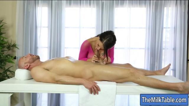 Скрытая камера в кабинете у массажиста секс массаж жёсткого